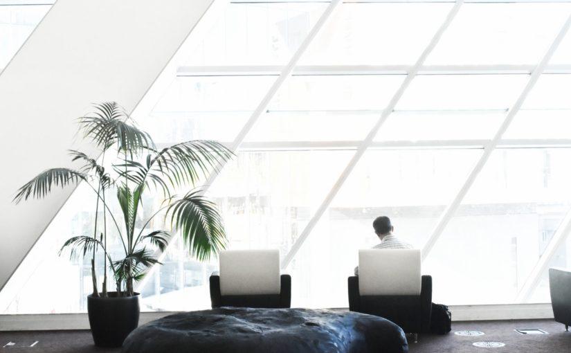 Ambiente de escritório bem planejado