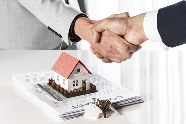 Como é a relação entre o valor do condomínio e apartamentos para alugar?