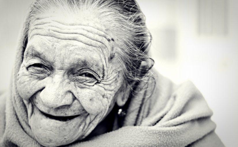 Cuidados a idosos devem ser acompanhados por profissionais