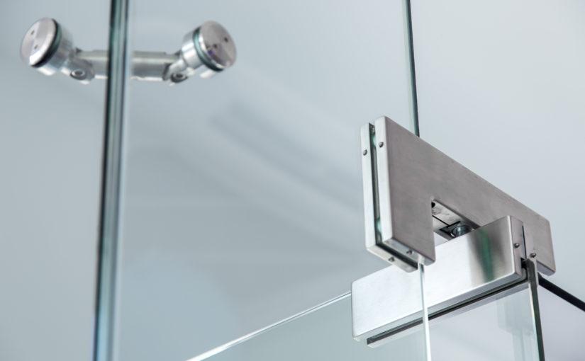 Dobradiça para vidro: entenda como escolher a mais adequada