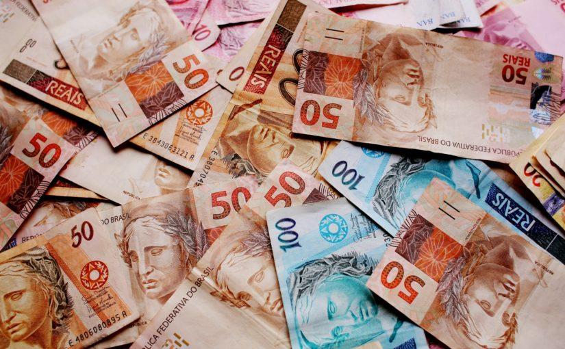 Despesas fixas, poupança e cartão de crédito: qual é a melhor maneira de administrar o seu salário?