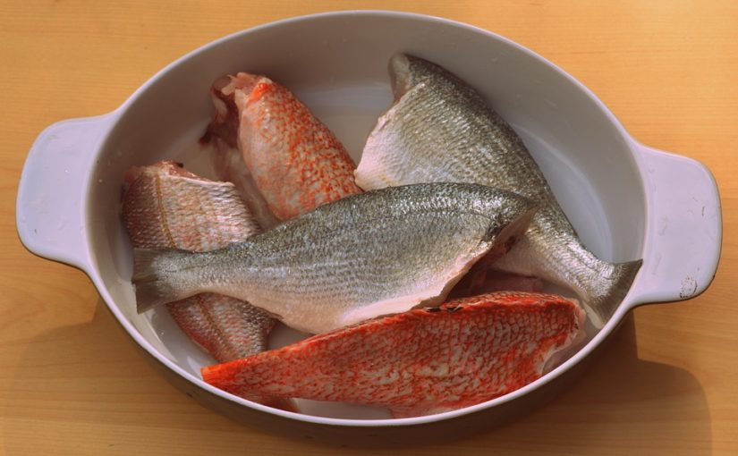 Qual é a forma correta de limpar um peixe?
