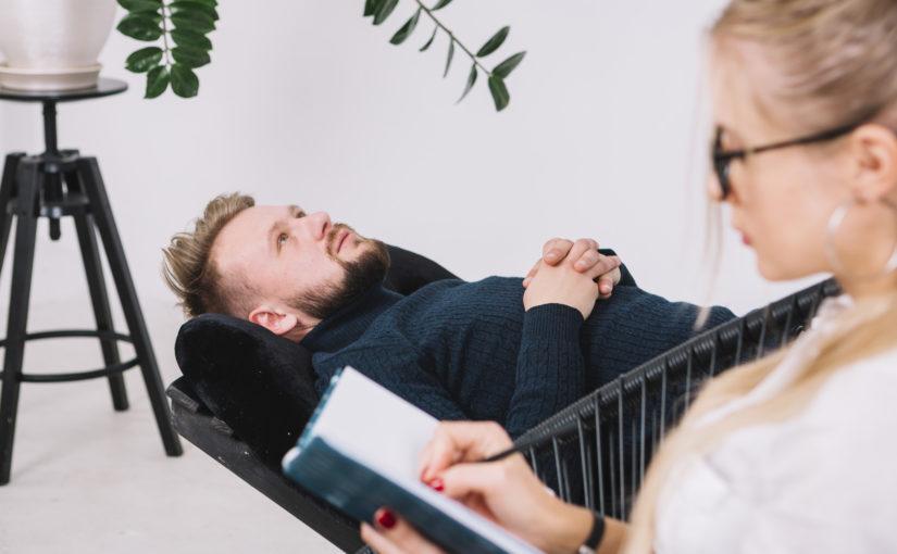 Qual é a diferença entre um psiquiatra e um psicólogo clínico?