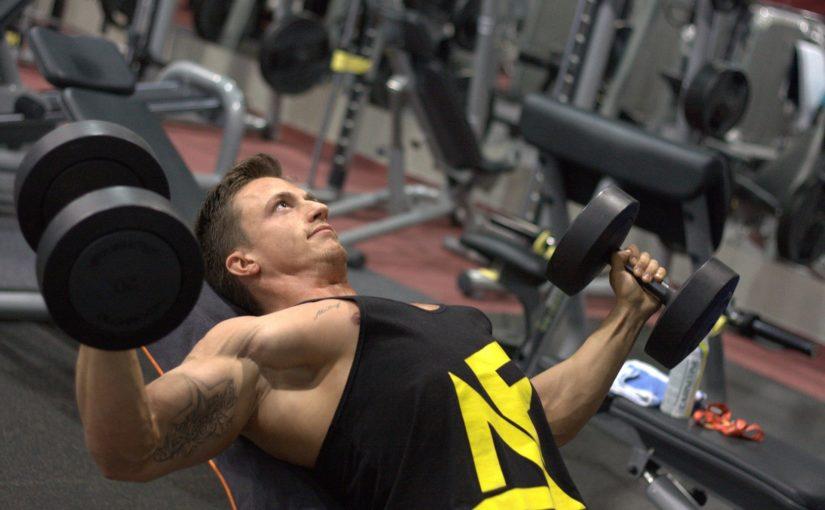 Veja como fazer rosca direta, exercício fundamental para o bíceps